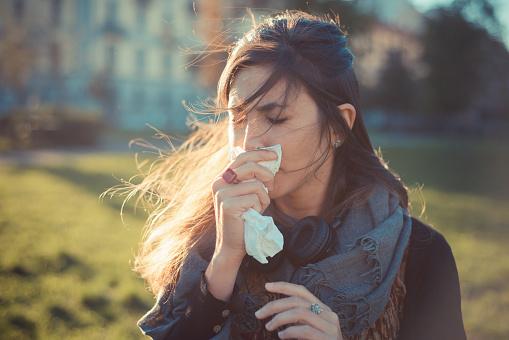 девушка чихает фото