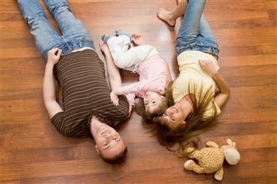 Родители с ребенком - фото