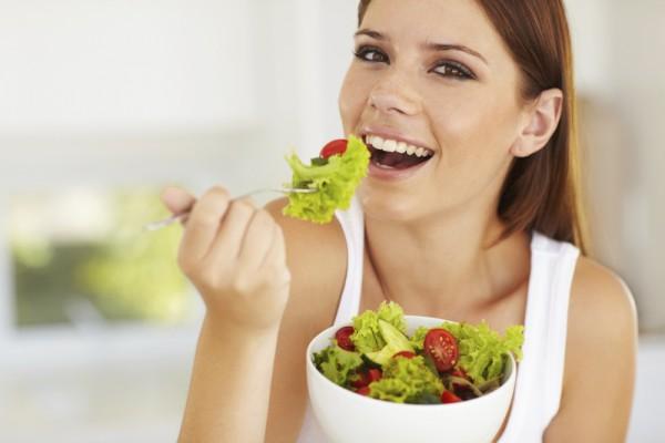 Женщина ест салат - фото
